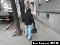 Геннадий Илюхин сегодня метет улицы - другой работы без паспорта не найти