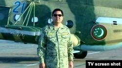Prezident Gurbanguly Berdimuhamedow wertolýotyň öňünde dur.