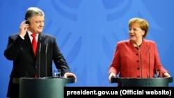 Президент України Петро Порошенко і канцлер Німеччини Анґела Меркель. Берлін, 12 квітня 2019 року