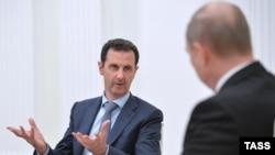Президент России Владимир Путин (справа) и президент Сирии Башар Асад во время встречи в Кремле. Москва, 20 октября 2015 года.