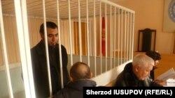 Ўш вилоят судидаги танаффус пайтида Рашодхон Камолов адвокати билан гаплашмоқда.