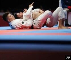 Дархан Нортаев использует прием против соперника в финале соревнований. Джакарта, 25 августа 2018 года.