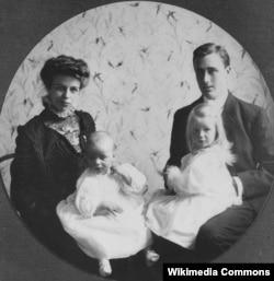 Франклин и Элеонора Рузвельт с Анной и Джеймсом, Нью-Йорк, 1908