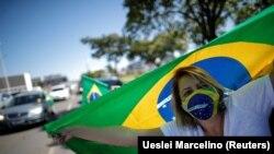 Яке аз тарафдорони раиси ҷумҳури Бразилия Болсонаро, ки барои амалкардҳояш дар замони пандемия танқид шудааст.