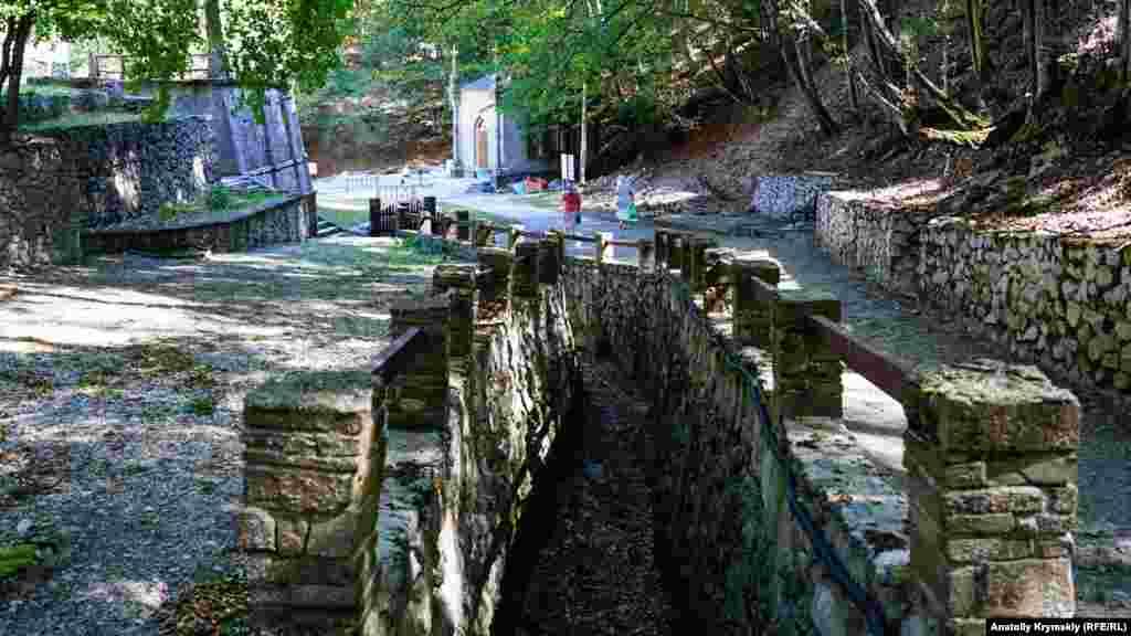По цьому старому каналу дощові води з гірських схилів виводяться прямо в річку Альма