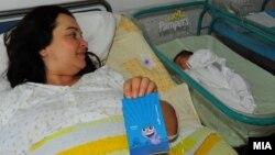 Mајката Ружица Јовановска со ќеркичката Меланија, првото родено бебе во 2012 година.