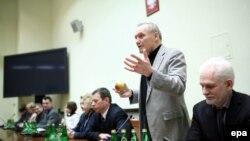 Лидер белорусской оппозиции Владимир Некляев (второй справа) выступает на встрече с членами комитета по иностранным делам польского сейма в Варшаве. 23 марта 2017 года.