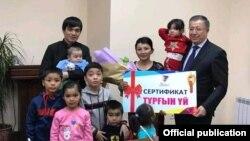 Жазира Тургынова с мужем и детьми позируют для фото после приема у акима Туркестанской области Жансеита Туймебаева (справа). Туркестан, 25 января 2019 года.