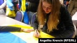 Біатлоністка Юлія Джима залишає автограф на вболівальницькому прапорі, Нове Место, Чехія, 8 лютого 2015 року