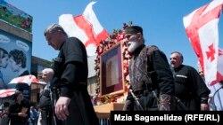 Участники церковного шествия в Тбилиси, выступающие против однополых браков. Акция в Международный день против гомофобии возглавил патриарх Грузии Илия II