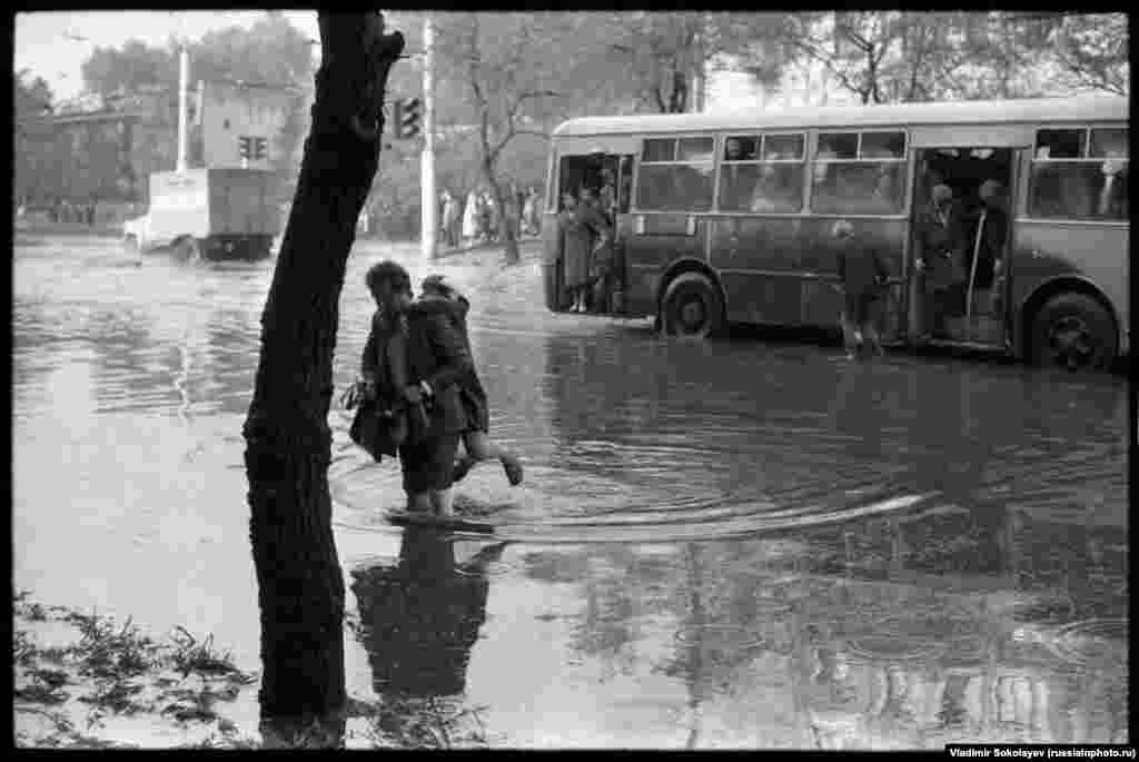 Flooded streets in Novokuznetsk in 1984.