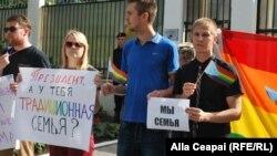 Гомосексуал белсенділер Ресейдегі гейлерге қарсы заңға наразылық білдіріп тұр. (Көрнекі сурет)