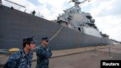 Militari români în faţa crucişătorului american USS Donald Cook, în portul Constanţa, 14 aprilie 2014