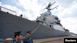 Doi membri ai echipajului distrugătorului american USS Donald Cook ancorat la 14 aprilie în portul Constanța
