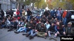 Armenia -- Members of the Armenian Revolutionary Federation block a street in Yerevan to demand Education Minister Arayik Harutiunian's resignation, December 3, 2019.