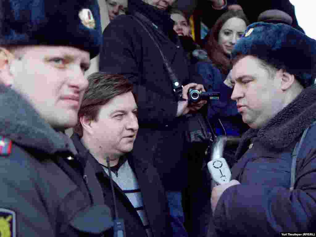 Заборону зупинятись на площі поліцейські пояснювали «необхідністю звільнити площу для проходу громадян».