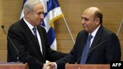 شائول موفاز (راست) در کنار بنیامین نتانیاهو