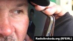 Чоловік із окупованого Донецька слухає тези Зеленського