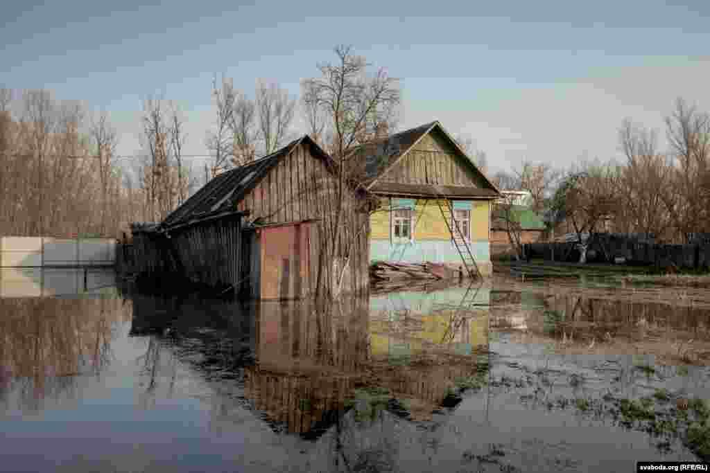 Город Петриков. Здесь под водой оказалась улица Комсомольская