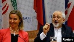 ÝB-niň daşary syýasat boýunça başlygy Federika Mogherini we Eýranyň daşary işler ministri Mohammad Jawad Zarif (sagda). 14-nji iýul, 2015 ý.