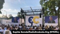 Лідер «Європейської солідарності» Петро Порошенко виступає на партійному з'їзді у Києві, 31 серпня 2020 року