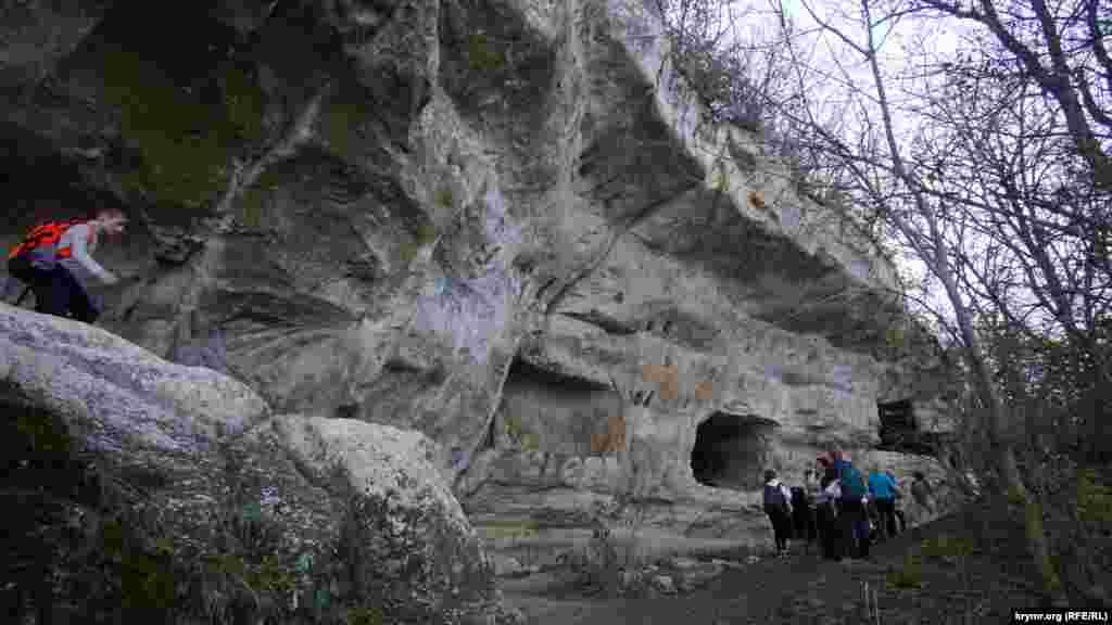 До верхніх ярусів печер шлях набагато простіший і легший