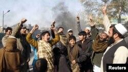 Жалалабатта митингчилер антиамерикалык чакырыктарды кыйкырып турушту, 22-февраль, 2012