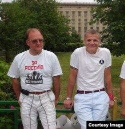 Сергей Кривов и активист Виктор Захаров на пикете у Следственного комитета, лето 2012 года