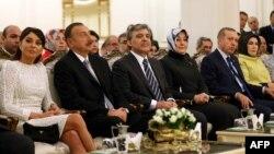 Թուրքիայի և Ադրբեջանի ղեկավարները՝ տիկնանց հետ, Անկարայում կայացած հանդիսության ժամանակ, 12-ը նոյեմբերի, 2013թ․