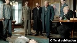 Берия, Сталин, Хрущев и другие советские вожди собрались вокруг умирающего Сталина