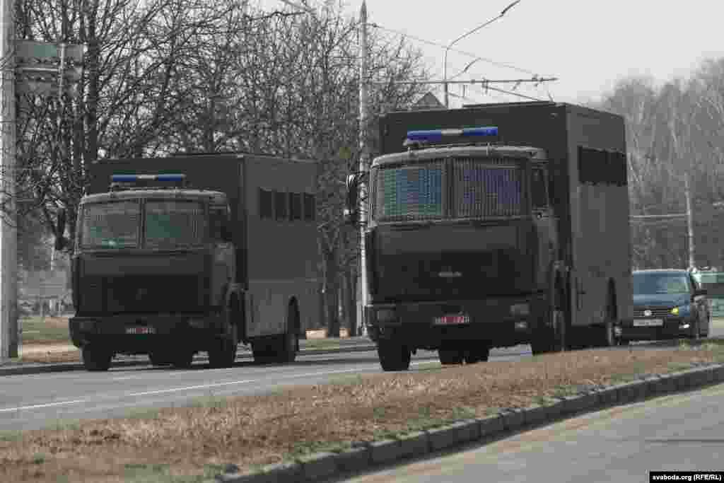 Автозаки на улице Сурганова