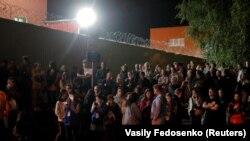 Люди ждут освобождения родственников и друзей из следственного изолятора после протестов