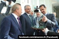Сергей Аксенов подарил Башару Асаду копию «памятника вежливым людям», 16 октября 2018 года