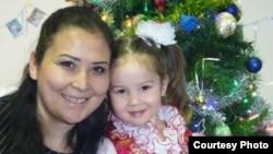 Австралияда жашаган журтташыбыз Наргиза Хакимова кызы менен.