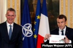 Генсек НАТО и новый главный критик союза: Йенс Столтенберг (слева) и Эммануэль Макрон на пресс-конференции в Париже, декабрь 2017 года