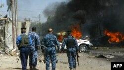 عناصر أمنية يتفحصون إنفجاراً في كركوك