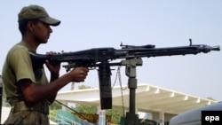 Пакистански војник за време на патрола во северен Вазиристан