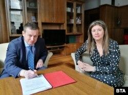 Алексей Трифонов подписва акта си за встъпване в длъжност начело на СГС пред председателя на Софийския апелативен съд Даниела Дончева, 12 февруари 2019 г.