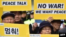 گروهی از مخالفان جنگ و هواداران مذاکرات صلح دو کره در برابر سفارت آمریکا تجمع کردهاند