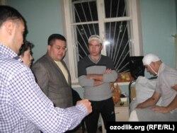 Ильхом Махмудов (справа), мигрант из Узбекистана, в больнице после избиения неизвестными. Москва, 24 октября 2013 года.