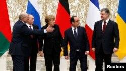 Олександр Лукашенко, Володимир Путін, Петро Порошенко, Ангела Меркель та Франсуа Олланд позують для фото під час мирних переговорів у Мінську