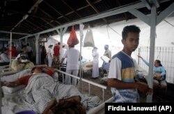 Постраждалі від землетрусу біля лікарні, 6 серпня 2018 року