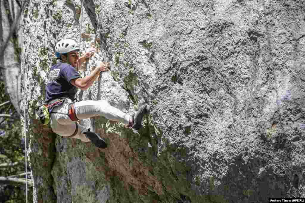 Răzvan Nedu, căpitanul Lotului Național de Paraclimbing și instructor la Climb Again, se catără în timpul unui antrenament la Stâna Regală din Sinaia.