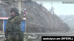 Россия чегарачиси Арманистоннинг Сюник вилоятидаги автомагистралда - декабрь, 2020