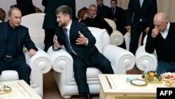 Михалков (оңдо) Владимир Путин жана Чеченстандын президенти Рамзан Кадыров (ортодо) менен