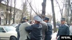 Иллюстративное фото - разгон акции молодежных активистов и правозащитников, Бишкек, 17 марта 2008 года.