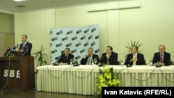 Šestorka na konferenciji za novinare nakon jednog od sastanaka