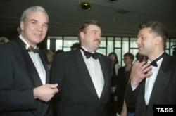 Слева направо: Владимир Молчанов, Евгений Киселев и Леонид Парфенов на церемонии вручения премии ТЭФИ, 25.05.1997