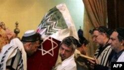 یهودیان ایرانی در حال عبادت در یکی از کنیسه های تهران