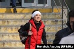 Приговоренная к году ограничения свободы за «участие» в ДВК Жазира Демеуова выходит из здания суда. Алматы, 19 ноября 2019 года.